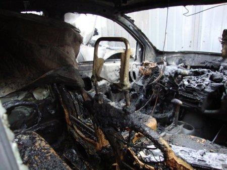 В Днепропетровске ночью на стоянке сожгли 3 иномарки (фото)