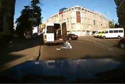 Найден водитель днепропетровской маршрутки, из которой на полном ходу выпала женщина