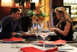 Семенович устроила романтический ужин неизвестному мужчине