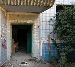 Дом, пострадавший от взрыва газа, стал пристанищем для бомжей