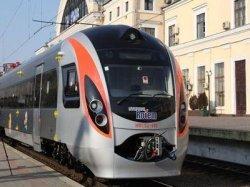 Днепропетровцы встречают скоростной поезд Hyundai сообщением «Днепропетровск-Киев»