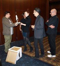 Киевский скульптор вручил подарок группе Garbage