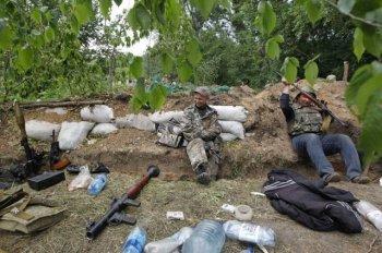 В Луганске горит обстрелянная из гранатометов воинская часть