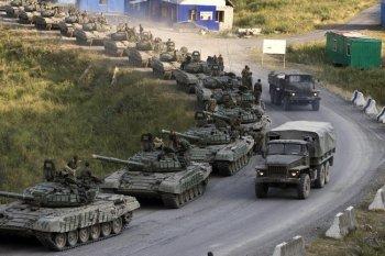 К Луганску движется колонна российской и крымской бронетехники